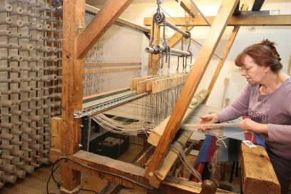 Veronika Redhammer fertigt am Webstuhl in der Teppichweberei Weiss traditionelle Fleckerlteppiche