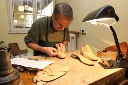 Hat sich auf die Anfertigung von Maßschuhen spezialisiert: Schuhmachermeister Herbert Haderer