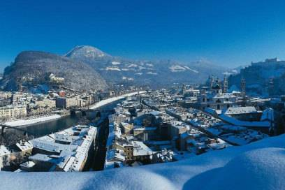 Die Altstadt von Salzburg schmiegt sich zwischen Salzbach und Festung Hohensalzburg