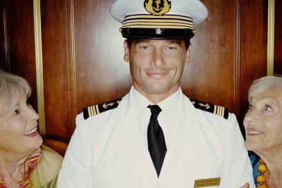 Der Kapitän kann natürlich auch zum Objekt der Begierde werden. Aber auf einer Cougar-Kreuzfahrt sollte es auch genügend andere Flirtpartner in der Altersgruppe geben