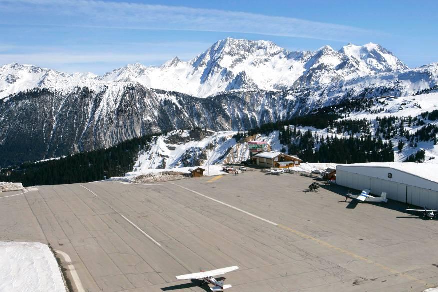 In 2000 Meter Höhe gelegen und mit einer extrem kurzen Landebahn: der Flugplatz Courchevel ist nichts für schwache Nerven – viel eher für Kaliber wie James Bond. Schon zweimal war dieser Flughafen mitten in den Rhone-Alpes Schauplatz für 007.