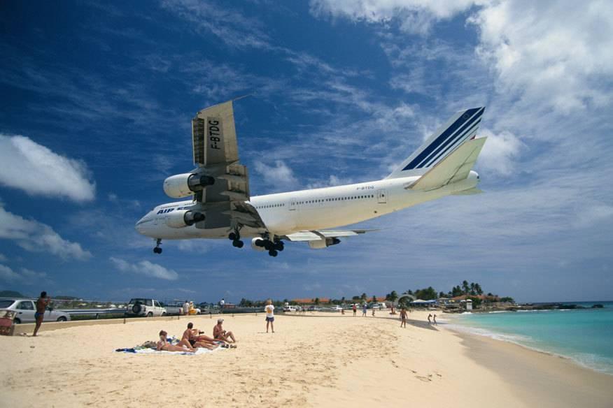 Nur wenige Meter trennt die Landebahn 10 des Airports auf der Karibikinsel St. Maarten vom Maho Beach, weshalb die Flugzeuge in etwa 10 bis 20 Metern Höhe über den Strand einfliegen –unter den neugierigen Blicken zahlreicher Schaulustiger
