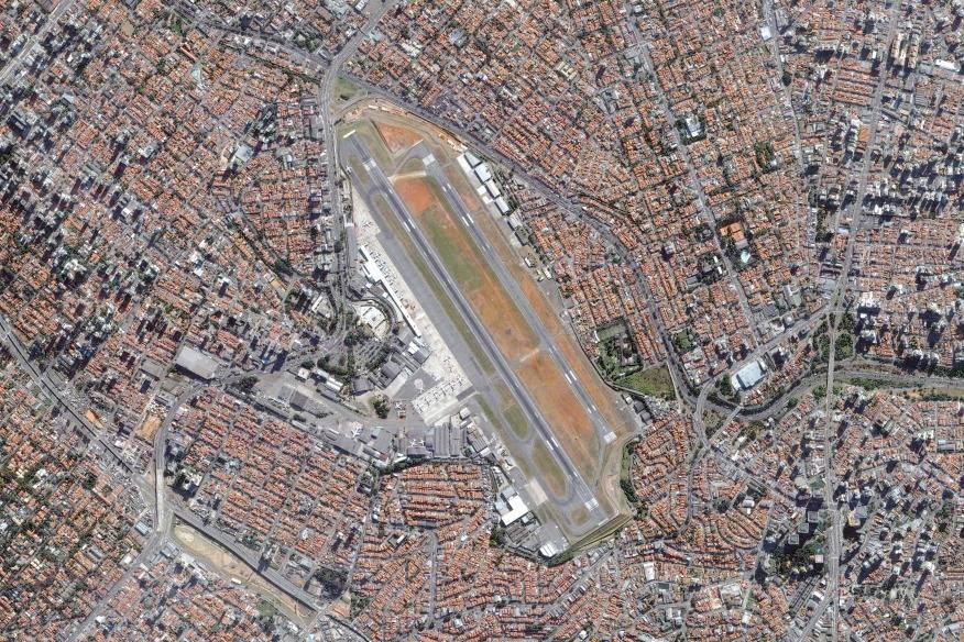 Mitten im Häusermeer von São Paulo liegt dieser Flughafen – inzwischen. Als er 1936 eröffnet wurde, war die Stadt noch lange nicht so groß. Doch mit dem Wachstum zur Mega-City und der Verdichtung um den Airport wuchs auch die Gefahr: für Anwohner wie Flugpassagiere. 1985 bekam São Paulo daher einen weiteren Flughafen, heute starten und landen auf Congonhas nur noch Inlandsflüge.