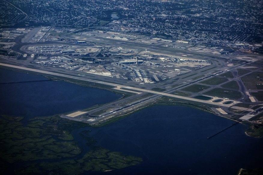 Achtung, Gegenverkehr: Der JFK Airport in New York liegt genau zwischen zwei anderen Flughäfen: La Guardia und Newark. Die Herausforderung für die Piloten besteht hier also darin, anderen Flugzeugen nicht in die Quere zu kommen und umgekehrt.