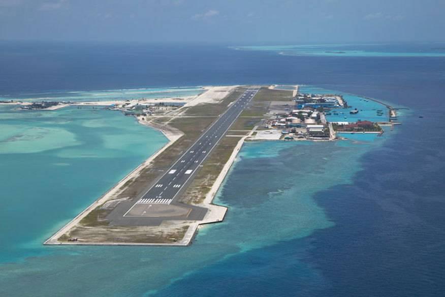 Dass die Malediven Gefahr laufen, bald im Meer zu versinken, glaubt man sofort, sobald man im Flieger aus dem Fenster schaut und die Landebahn im Blick hat: Denn die ist fast vollständig umgeben von türkisblauem Wasser. Der Hulhulé International Airport liegt auf einer künstlichen Insel circa zwei Kilometer von der Hauptstadt Malé entfernt. Mit gut drei Kilometern zählt die Landebahn zwar nicht zu den kürzesten, dennoch ist sie nicht ungefährlich: Eine Sicherheitszone gibt es nicht, sie endet direkt im Indischen Ozean.