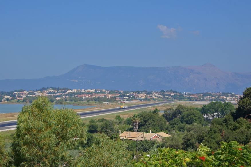 Die Start- und Landebahn liegt gefährlich zwischen zwei Hügeln, der Meeresbucht und dem See Halikiopoulou. Doch nicht genug: Gleich hinter der Piste verläuft eine Hauptstraße, bei Starts und Landungen wird der Verkehr über Ampeln gestoppt.