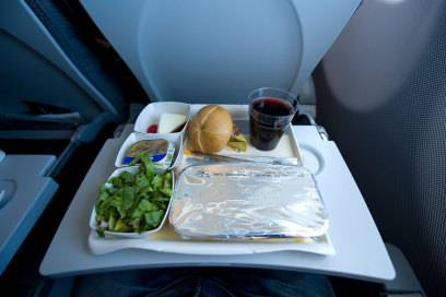 Der Lärm im Flugzeug soll daran schuld sein, dass wir Essen über den Wolken anders schmecken