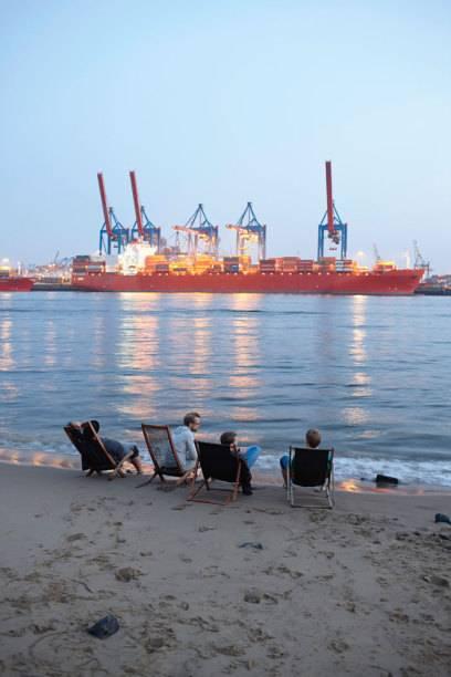 Auch das ist Hamburg: Chillen am Elbstrand mit Blick auf den Containerhafen