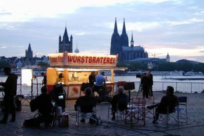 So sieht es aus, wenn vor der Bude gedreht wird: Tatort Wurstbraterei in Köln