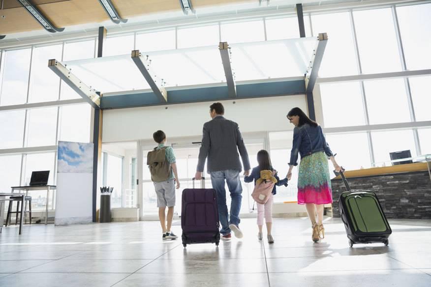 Familien mit Kindern dürfen stets bevorzugt in den Flieger steigen. Doch warum ist das eigentlich so?