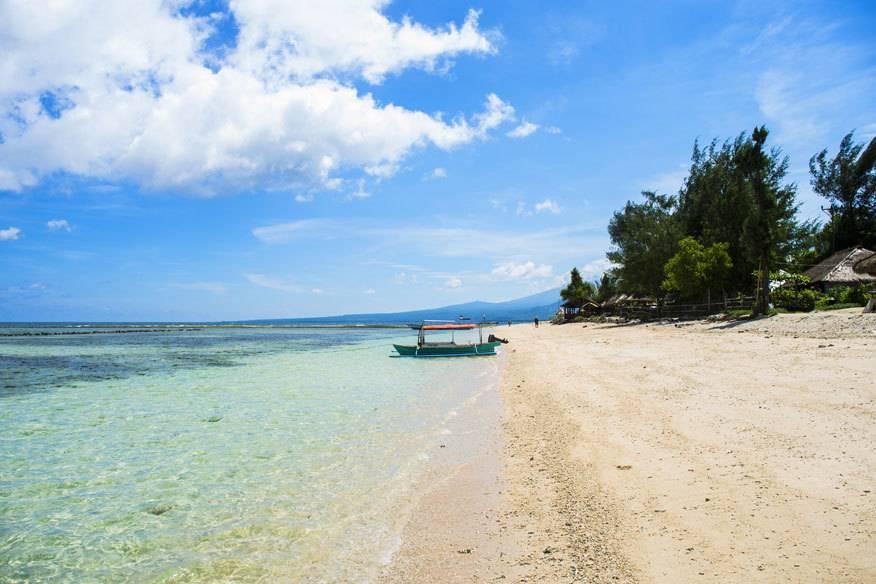 Strände wie diese findet man auf Lombok und den Gili-Inseln noch zuhauf, doch es entstehen immer mehr große Hotels