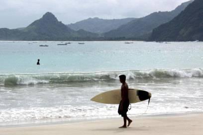 Surfer sind oft die ersten, die exotische Reiseziele entdecken. Auf Lombok bevorzugen sie den Strand von Selong Belanak.