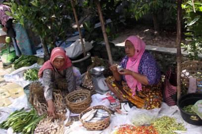 Auf Lomboks Märkten wie hier in Sukarara gibt es natürlich auch Chilischoten zu kaufen -– der Name Lombok bedeutet in der lokalen Sprache nämlich Chilipfeffer