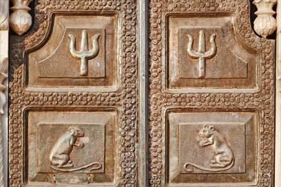 Auch die Reliefs im reich verzierten Tempel zeigen heilige Ratten