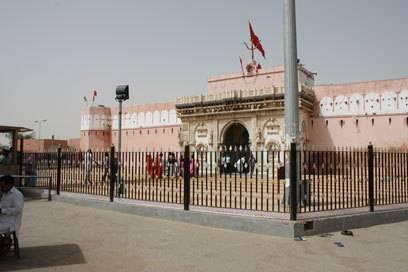 Von außen wirkt Karni Mata wie ein ganz normaler Tempel