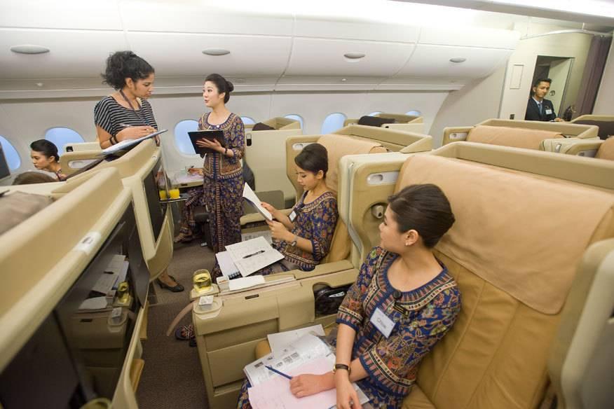 Angehende Flugbegleiterinnen im Trainingszentrum von Singapore Airlines