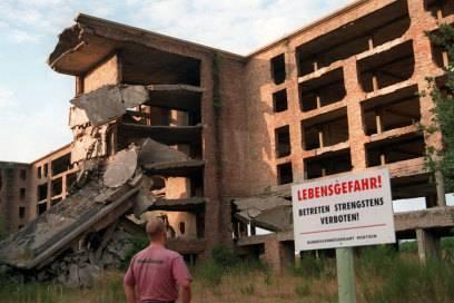 """Riesen-Ruine: """"Lebensgefahr! Betreten strengstens verboten!"""" steht auf einer Warntafel am """"Koloss von Prora"""""""
