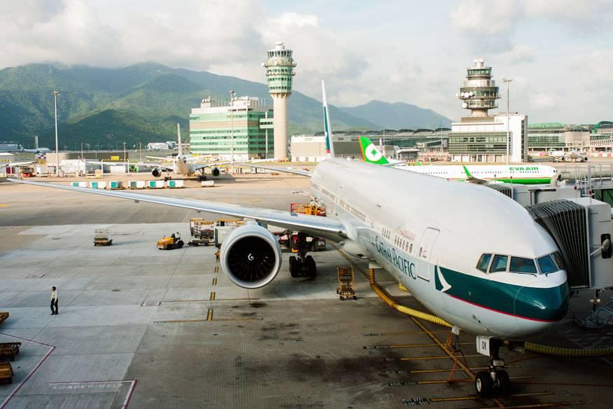 Ein Flugzeug von Cathay Pacific, der laut JACDEC sichersten Airline der Welt, am Flughafen von Hongkong. Im Hintergrund: Eva Air, die im Ranking auf Platz 3 landete.