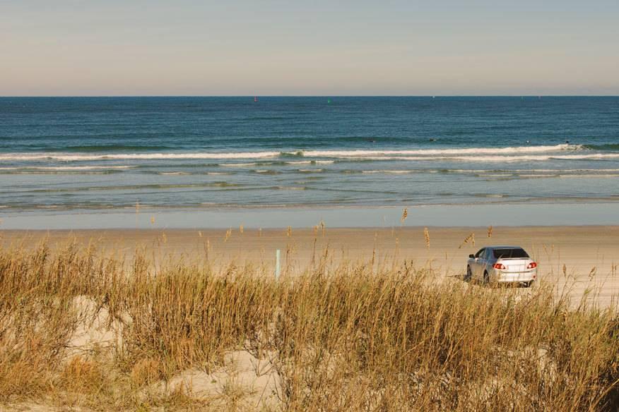 Ein Auto am Strand von New Smyrna Beach, Florida. Laut Hai-Experten kommt es hier am häufigsten zu Attacken auf den Menschen.