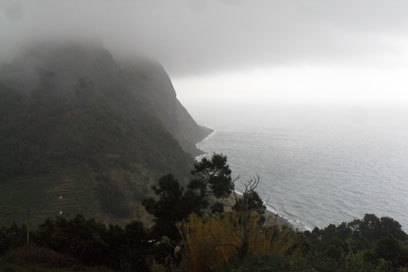 Die Küste im Nebel bei Faial da Terra – für mich ein beeindruckender, aber auch etwas unheimlicher Anblick