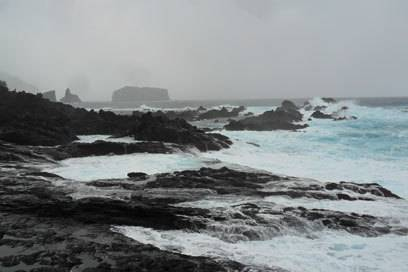 Die geballte Kraft des kristallblauen Meeres rund um die Insel war bei Mosteiros besonders eindrucksvoll