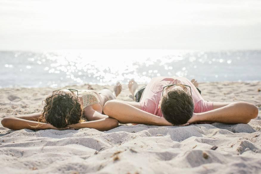 Am Strand relaxen: Das tun die meisten Deutschen im Urlaub am liebsten