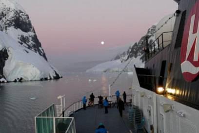 """Spektakuläre Natur: Die Antarktis ist ein Traum für viele Kreuzfahrer. Hier fährt die """"MS Fram"""" durch den Lemaire Kanal"""