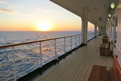 An Bord eines Kreuzfahrtschiffes lässt es sich gut aushalten, und Freunde der Entspannung kommen vor allem bei einer Repositioning-Kreuzfahrt auf ihre Kosten – hier gibt es für gewöhnlich mehr Seetage als üblich