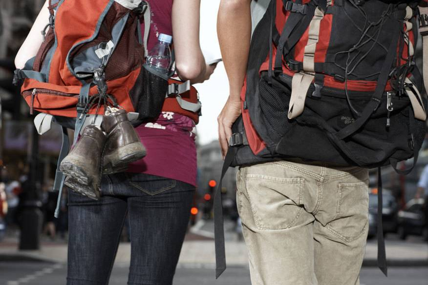 Der klassische Backpacker ist mit Rucksack unterwegs – dieser ist im Vergleich zum Koffer aber nicht immer die praktischere Variante