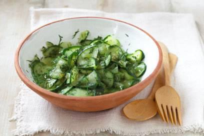 Für Diäten geeignet, aber nicht ausgerechnet vor dem Flug: der Ernährungswissenschaftler warnt vor blähender Rohkost, insbesondere Gurkensalat