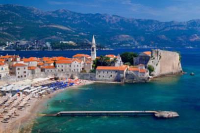 Lockt im Sommer sonnenhungrige Urlauber an:die Bucht von Budva