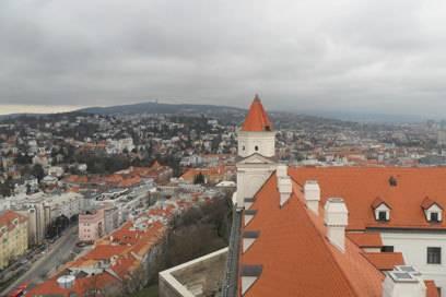 Der Blick vom Turm der Burg in Bratislava auf die darunter gelegene Stadt – bei schönem Wetter sieht das ganze bestimmt nochmal so beeindruckend aus