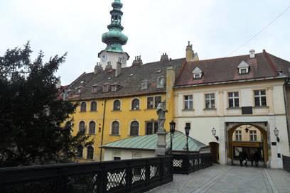 Rund um das Michaelertor (erkennbar am Turm im Hintergrund) befinden sich unzählige Bars, Restaurants und Kneipen, in denen man wunderbar die Nacht in Bratislava kennen lernen kann