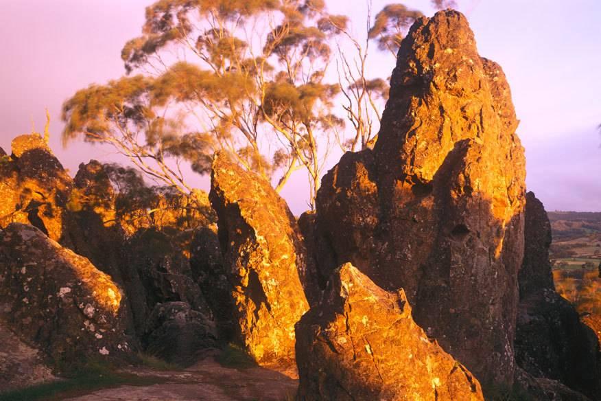 Der Hanging Rock In Australien. Glaubt Man Der Legende, Sind Hier Drei  Junge Frauen