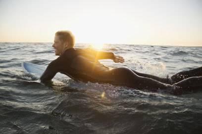 Surfer werden häufiger von Haien angegriffen als Schwimmer, vermutlich weil sie leichter mit Beutetieren verwechselt werden