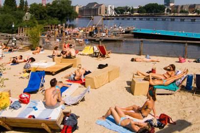 Menschen chillen beim Berliner Badeschiff. Die Hauptstadt gilt einer Umfrage zufolge als lustigste der Welt!