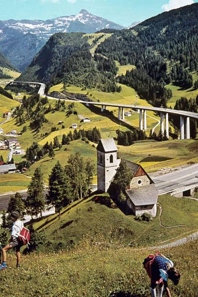 Diese undatierte Aufnahme zeigt einen Teil der Brenner-Autobahn im Wipptal (Tirol). Die Route gilt seit mehr als 50 Jahren als wichtigste Verbindung zwischen Deutschland und Italien.