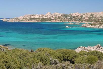 Im April ist das Mittelmeer an Sardiniens Küsten noch recht kühl – aber es bietet wie hier im Norden von La Maddalena oft ein schönes Farbenspiel