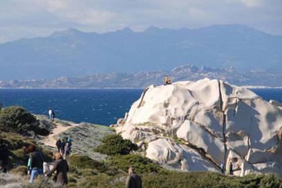 Korsika zum Greifen nahe: Die Nachbarinsel ist über die Straße von Bonifacio vom Capo Testa aus besonders gut zu sehen