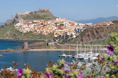 Häuser dicht an dicht: Die Altstadt von Castelsardo ist ein beliebtes Ausflugsziel im Nordwesten Sardiniens. Foto:Christian Röwekamp
