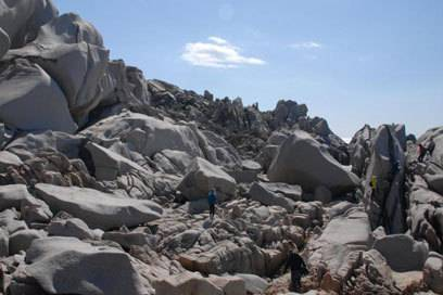 Wie eine Mondlandschaft: In den Felsen am Capo Testa kann man sich leicht verirren, findet aber immer wieder einen Ausweg