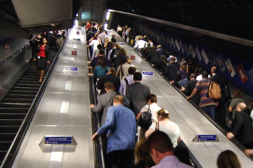 Ein typisches Foto aus London: Menschenmassen stehen und gehen auf den Rolltreppen im U-Bahnhof – doch mit letzterem soll bald Schluss sein