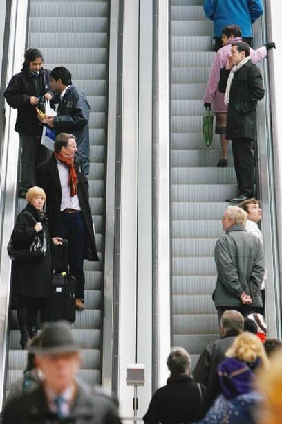 Stehen statt gehen: Mit diesem einfachen Konzept sollen Passagiere schneller aus den U-Bahnhöfen raus- bzw. reinkommen