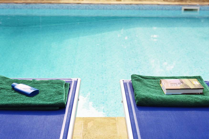 Ein Platz an der Sonne – wer in der ersten Reihe am Pool liegen will, muss früh aufstehen. Oder er platziert sein Handtuch schon am Abend auf die Liege. Aber ist das gestattet?
