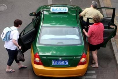 Bevor Sie in asiatischen Ländern in ein Taxi steigen, fragen Sie nach dem Preis – im besten Fall wissen Sie schon vorher, wie viel üblicherweise für die Strecke verlangt wird.