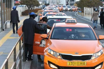 Achten Sie auf offizielle Taxi-Unternehmen und -Schlangen
