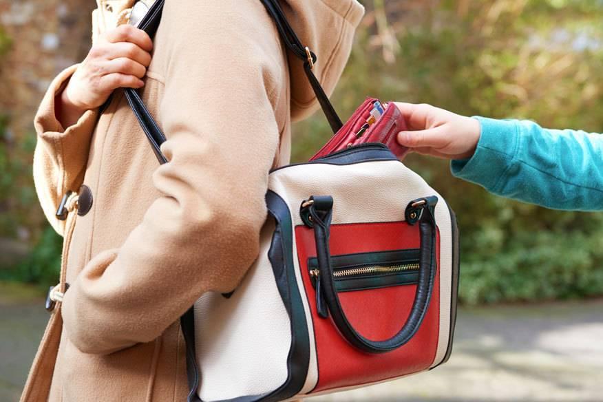 Gerade Frauen werden häufig Opfer von Taschendieben – die große Handtasche erleichtert es den Tätern
