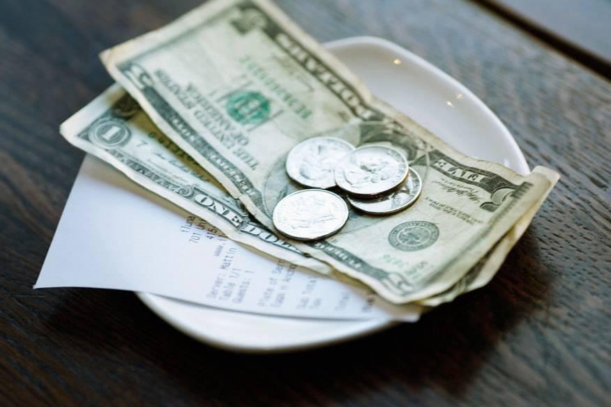 Im Ausland sind Urlauber oft verunsichert, weil sie nicht wissen, wie viel Trinkgeld sie im Restaurant geben sollen