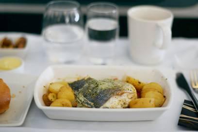 Frisches Essen, also Fleisch oder Fisch, wird generell nach dem Flug entsorgt
