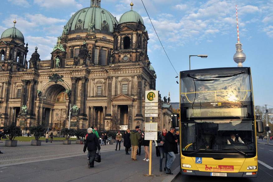 Wer günstig Berlin mit dem Bus erkunden will, steigt einfach in die Linie 100 ein